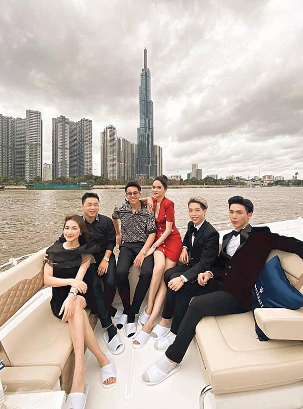 Clip toàn cảnh tiệc du thuyền Hương Giang - Matt Liu và hội bạn thân, hé lộ cảnh khóa môi full không che với bạn trai CEO-2