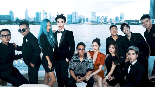 Clip toàn cảnh tiệc du thuyền Hương Giang - Matt Liu và hội bạn thân, hé lộ cảnh khóa môi full không che với bạn trai CEO-3