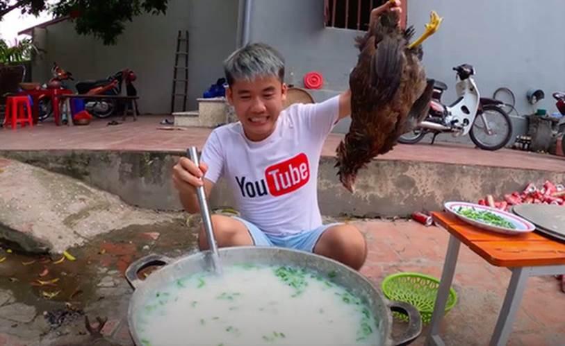 Sau nồi cháo gà nguyên lông, Hưng Vlog lại tiếp tục cho ra lò một món gà khác gây tranh cãi không kém nhưng lần này đã có tiến bộ chỉ nhờ một câu nói-1