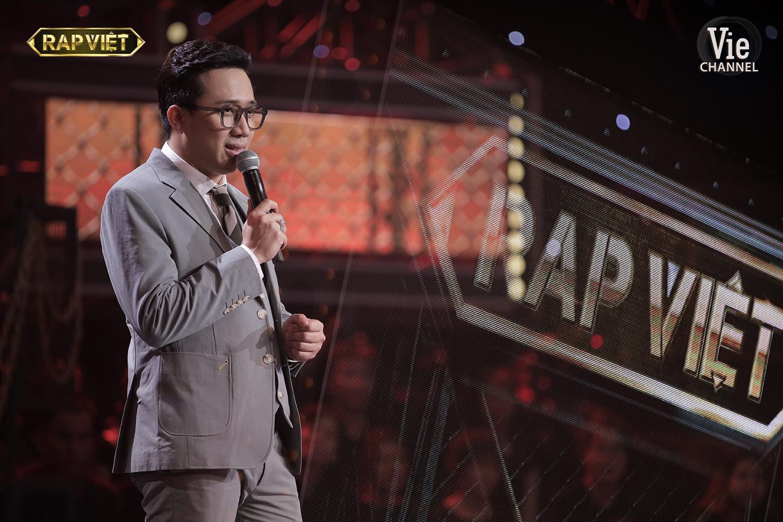 Trấn Thành tiếp tục bị chê làm lố tại Rap Việt: In hẳn lyrics của TLinh để đọc, nhận xét dài hơn giám khảo và HLV-1