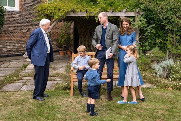 Công nương Kate bị nghi mang bầu lần 4 vì một chi tiết trong bức ảnh mới, được khuyên nên cùng Meghan giảng hòa-1
