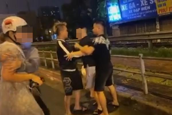 Con nhỏ vừa chạy vừa gào khóc cầu cứu lạc cả giọng vì bố hành hung mẹ giữa đường khiến ai cũng xót xa-3