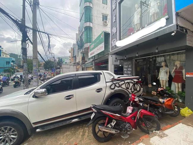 Đỗ xe trước cửa shop thời trang rồi bỏ đi 10 phút, khổ chủ ngỡ ngàng khi chiếc bán tải bỗng đổi trắng thay đen, dân mạng tranh cãi gay gắt-3