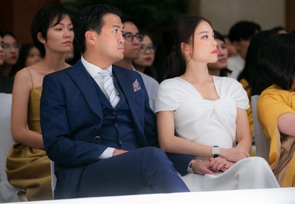 Linh Rin nắm chặt tay Phillip Nguyễn không rời, mang trang sức tiền tỷ tại sự kiện: Ra dáng dâu hào môn tương lai lắm rồi!-1