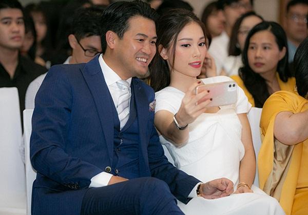 Linh Rin nắm chặt tay Phillip Nguyễn không rời, mang trang sức tiền tỷ tại sự kiện: Ra dáng dâu hào môn tương lai lắm rồi!-4