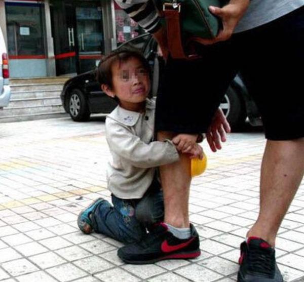 Ngành chăn dắt trẻ ăn xin ở Châu Á: Kẻ máu lạnh tạo ra những đứa bé khuyết tật và biến chúng thành cỗ máy kiếm tiền vô đạo đức-3