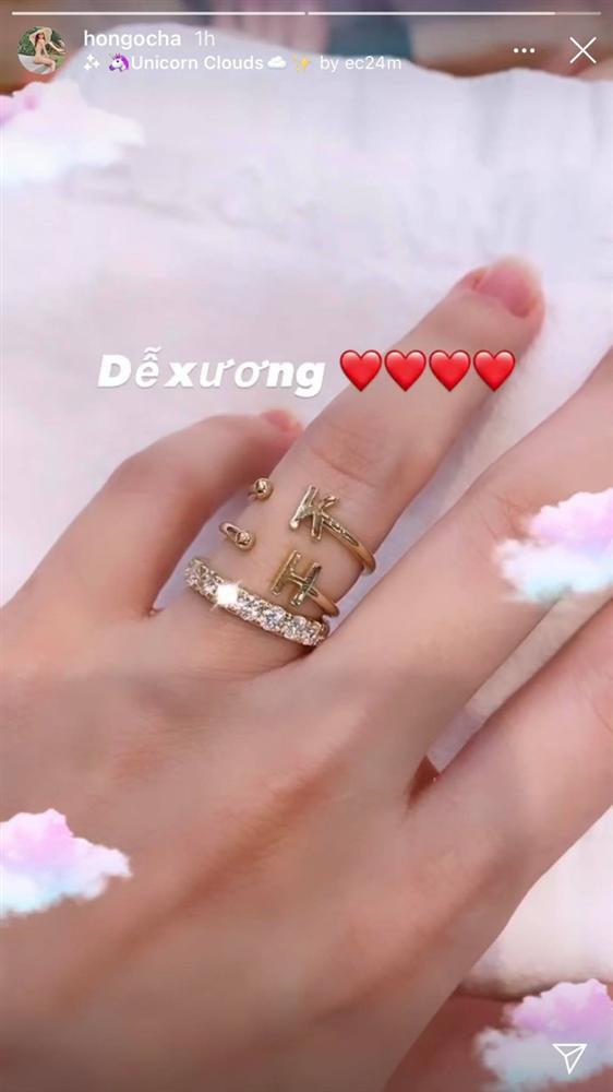 Hồ Ngọc Hà gây chú ý khi khoe nhẫn kim cương tiện thể khoe luôn 2 chiếc nhẫn với 2 chữ cái đặc biệt này-1