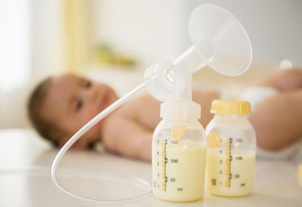 Nhiều người tích trữ sữa mẹ cho con dùng dần nhưng liệu đã biết bao lâu thì hết hạn sử dụng? Tích trữ thế nào mới an toàn?-1