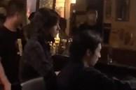 Triệu Vy lần đầu lộ diện giữa lùm xùm ly hôn và đưa trai trẻ về nhà, thái độ gây chú ý giữa quán bar
