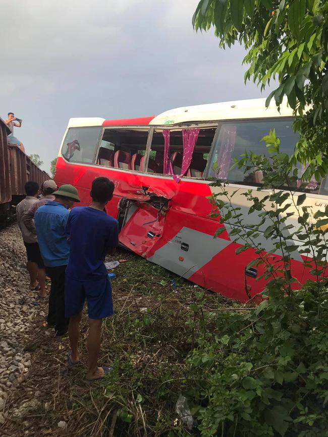 Hà Nội: Ô tô chở học sinh va chạm với tàu hỏa, 2 cháu nhỏ nhập viện-1