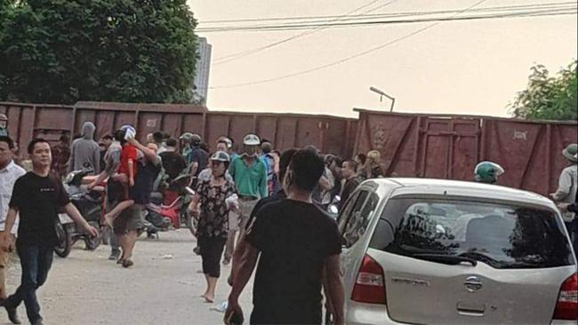 Hà Nội: Ô tô chở học sinh va chạm với tàu hỏa, 2 cháu nhỏ nhập viện-2