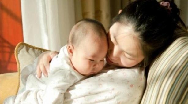 Nhờ bà trông con để đi làm lại nhưng bé ngày càng gầy mòn xanh xao, mẹ điếng người khi biết nguyên nhân do việc bà đã làm-1