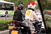 Chàng trai chạy 100km theo cô gái xinh đẹp đi xe phân khối lớn, nhưng khi thấy cô cởi mũ bảo hiểm liền suýt ngất vì chân tướng thật sự