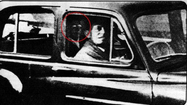 Tiện tay chụp ảnh cho chồng, vợ trở về nhà mới phát hiện bóng dáng của người mẹ đã khuất trong ống kính gây ra nhiều tranh cãi-2