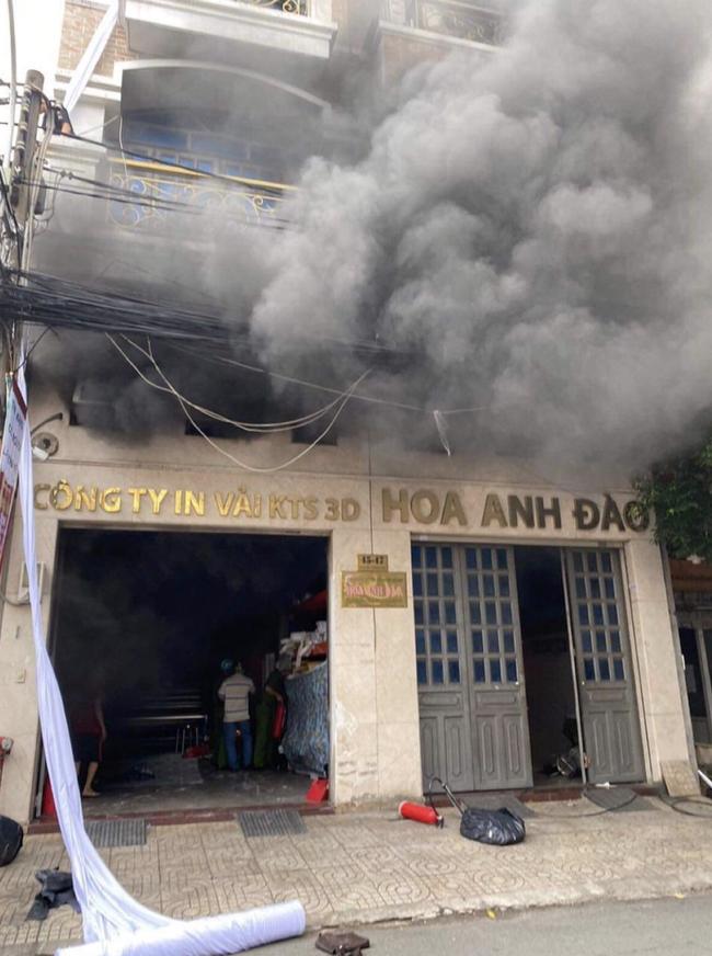 TP.HCM: Hàng chục chiến sĩ PCCC giải cứu 2 người mắc kẹt trong đám cháy ở xưởng in-1