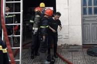 TP.HCM: Hàng chục chiến sĩ PCCC giải cứu 2 người mắc kẹt trong đám cháy ở xưởng in