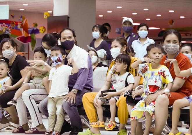Bố mẹ Trúc Nhi - Diệu Nhi xúc động đón Trung thu đầu tiên với 2 con, tuần sau 2 bé xuất viện về nhà-2