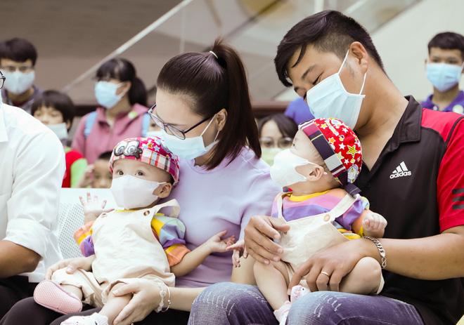 Bố mẹ Trúc Nhi - Diệu Nhi xúc động đón Trung thu đầu tiên với 2 con, tuần sau 2 bé xuất viện về nhà-9