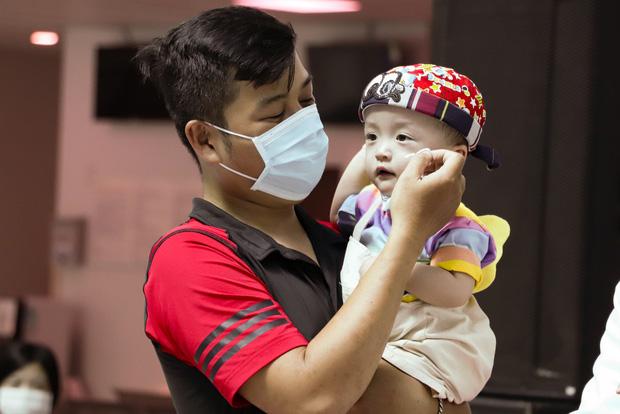 Bố mẹ Trúc Nhi - Diệu Nhi xúc động đón Trung thu đầu tiên với 2 con, tuần sau 2 bé xuất viện về nhà-10