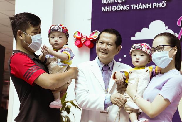 Bố mẹ Trúc Nhi - Diệu Nhi xúc động đón Trung thu đầu tiên với 2 con, tuần sau 2 bé xuất viện về nhà-11