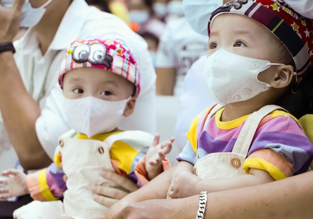 Bố mẹ Trúc Nhi - Diệu Nhi xúc động đón Trung thu đầu tiên với 2 con, tuần sau 2 bé xuất viện về nhà-7