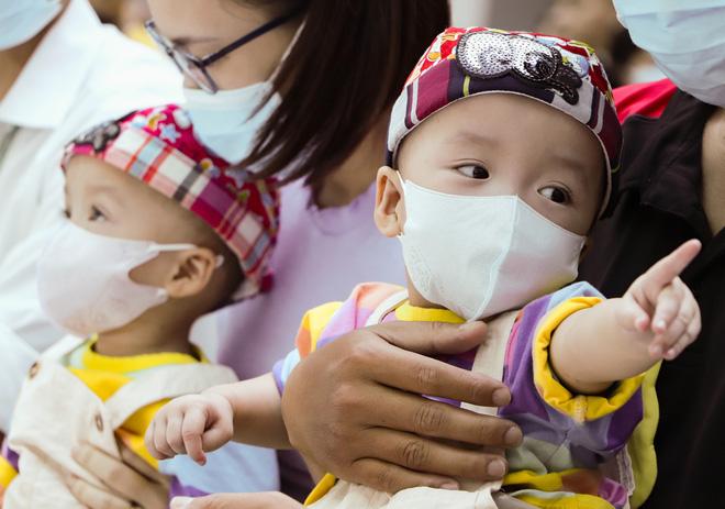 Bố mẹ Trúc Nhi - Diệu Nhi xúc động đón Trung thu đầu tiên với 2 con, tuần sau 2 bé xuất viện về nhà-8