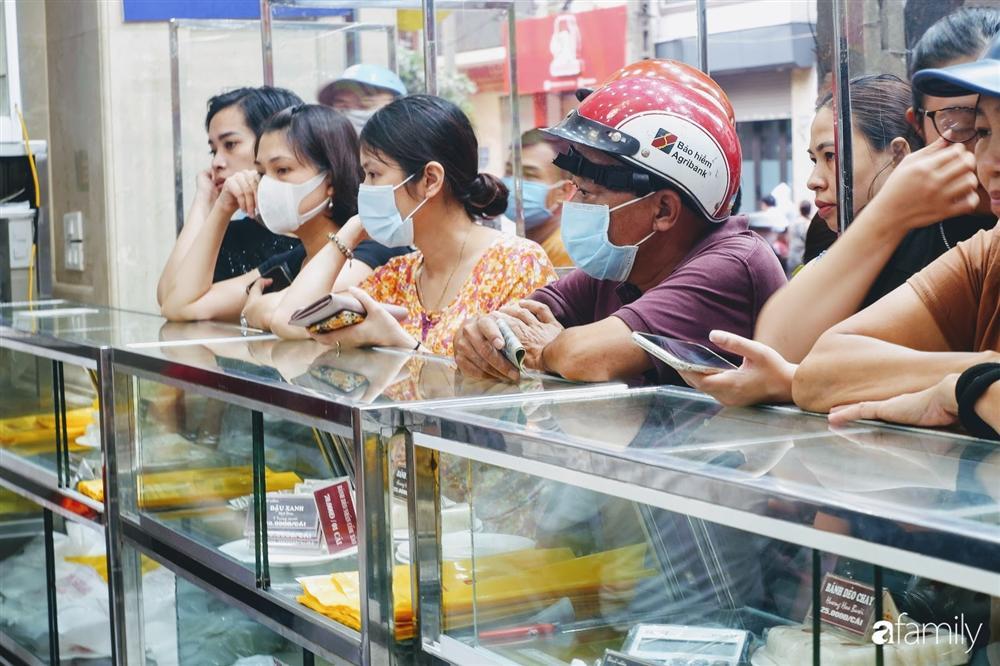 Nở rộ dịch vụ xếp hàng mua hộ bánh Trung thu: Hộp bánh 4 chiếc 260K xuất ngoại sang tay tới 700K-3