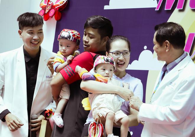 Bố mẹ Trúc Nhi - Diệu Nhi xúc động đón Trung thu đầu tiên với 2 con, tuần sau 2 bé xuất viện về nhà-13