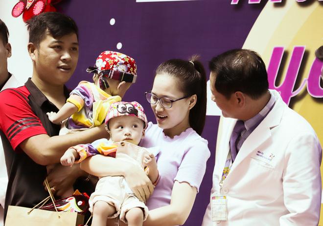 Bố mẹ Trúc Nhi - Diệu Nhi xúc động đón Trung thu đầu tiên với 2 con, tuần sau 2 bé xuất viện về nhà-16
