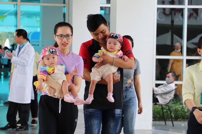 Bố mẹ Trúc Nhi - Diệu Nhi xúc động đón Trung thu đầu tiên với 2 con, tuần sau 2 bé xuất viện về nhà-19