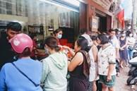 Nở rộ dịch vụ xếp hàng mua hộ bánh Trung thu: Hộp bánh 4 chiếc 260K 'xuất ngoại' sang tay tới 700K