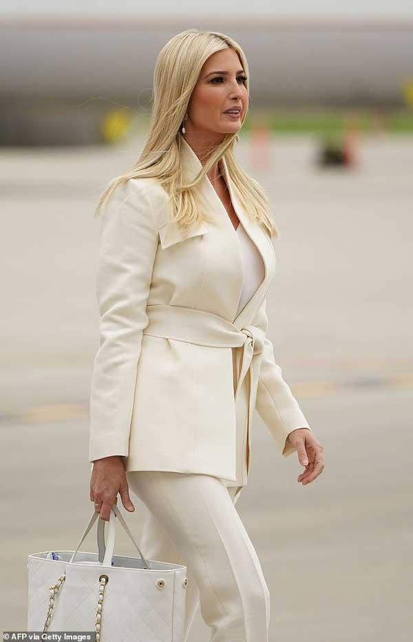 Đệ nhất phu nhân Mỹ Melania Trump đóng bộ suit hàng hiệu cùng gia đình chạm trán quý phu nhân phía đối thủ Joe Biden trong cuộc tranh luận Tổng thống-6
