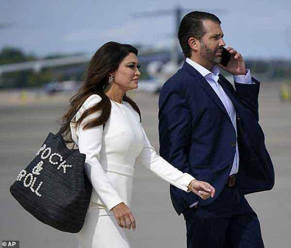 Đệ nhất phu nhân Mỹ Melania Trump đóng bộ suit hàng hiệu cùng gia đình chạm trán quý phu nhân phía đối thủ Joe Biden trong cuộc tranh luận Tổng thống-8