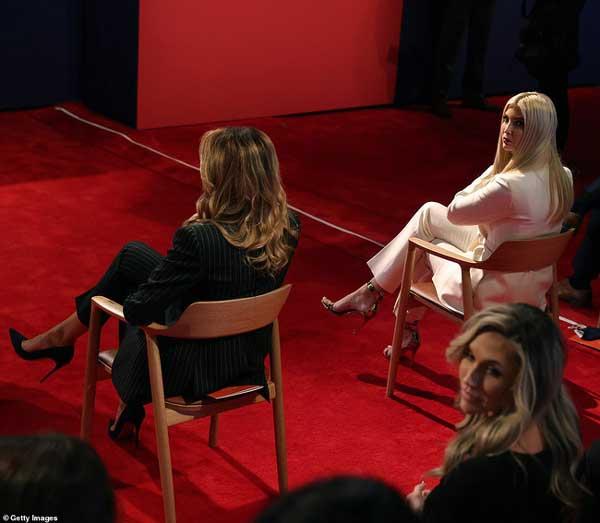Đệ nhất phu nhân Mỹ Melania Trump đóng bộ suit hàng hiệu cùng gia đình chạm trán quý phu nhân phía đối thủ Joe Biden trong cuộc tranh luận Tổng thống-9