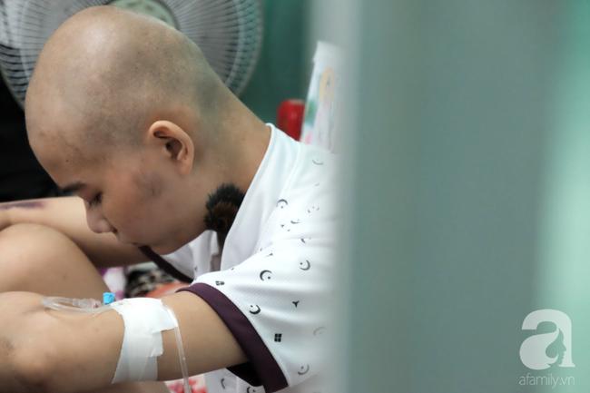 """Tâm sự quặn lòng của người mẹ một mình chăm con ung thư vòm họng: Bé mới đón trung thu lần đầu trong viện, không biết còn có lần sau""""-3"""