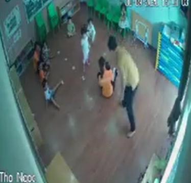 Phẫn nộ clip người đàn ông túm tóc đe dọa, thẳng tay tát vào mặt bé gái ngay trong lớp mầm non vì tranh giành đồ chơi với con mình-1