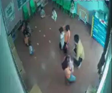 Phẫn nộ clip người đàn ông túm tóc đe dọa, thẳng tay tát vào mặt bé gái ngay trong lớp mầm non vì tranh giành đồ chơi với con mình-2
