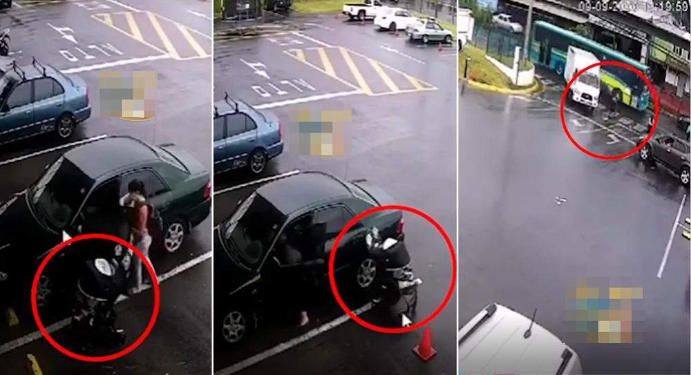 """Mẹ mải mê với đồ đạc trong ô tô, để mặc"""" xe nôi trôi không điểm dừng khiến con nhỏ suýt bị xe tông-2"""