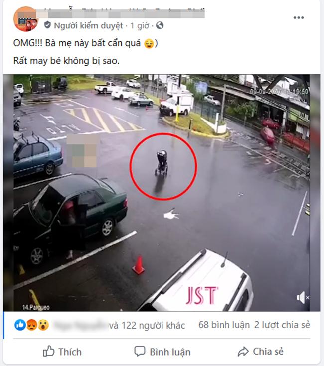 """Mẹ mải mê với đồ đạc trong ô tô, để mặc"""" xe nôi trôi không điểm dừng khiến con nhỏ suýt bị xe tông-1"""