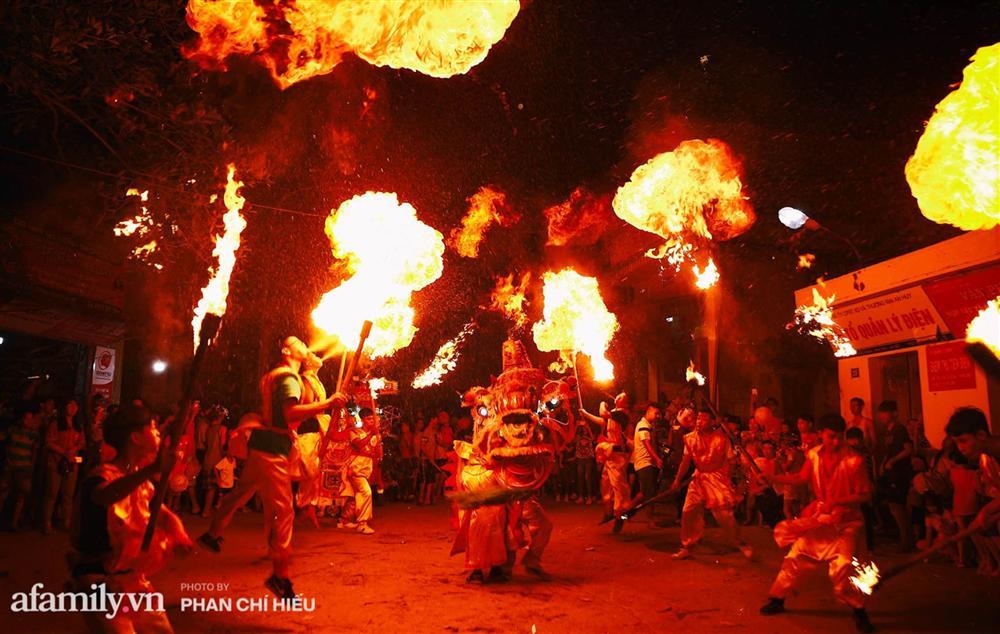 Ngôi làng chỉ cách Hà Nội 20km nhưng mỗi năm tổ chức thổi lửa, múa sư tử suốt 3 đêm để đón Trung thu, lộ ra khung cảnh siêu hùng tráng mà ai cũng ước được dự một lần-1
