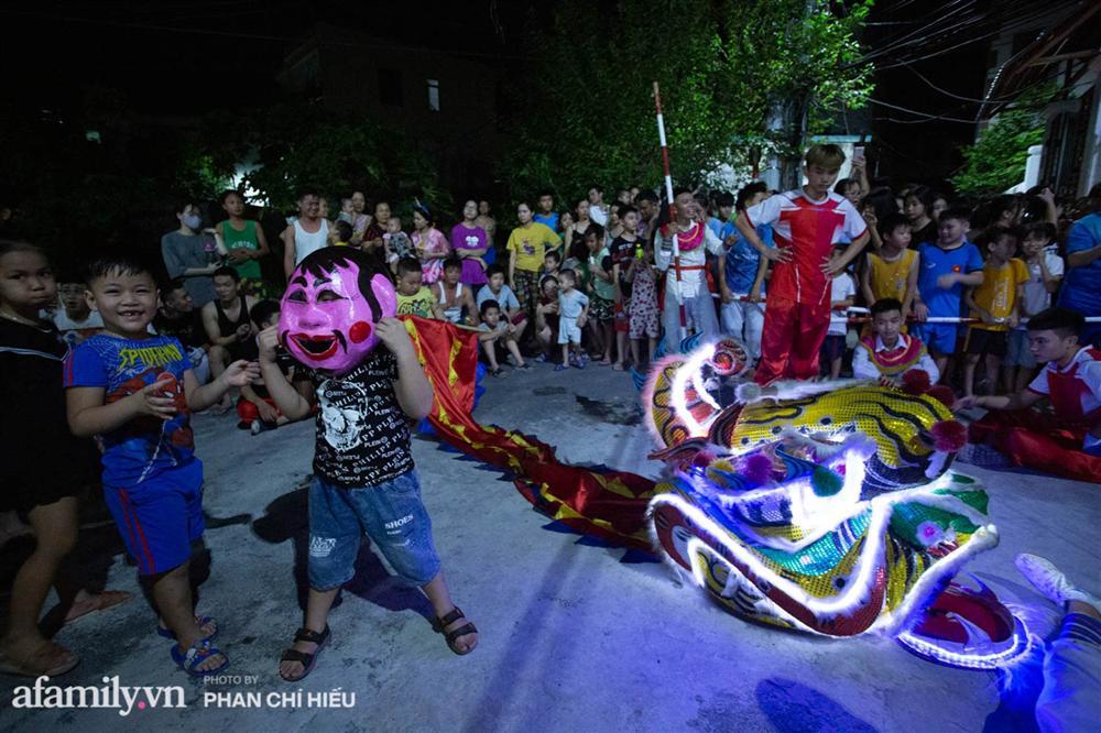Ngôi làng chỉ cách Hà Nội 20km nhưng mỗi năm tổ chức thổi lửa, múa sư tử suốt 3 đêm để đón Trung thu, lộ ra khung cảnh siêu hùng tráng mà ai cũng ước được dự một lần-4