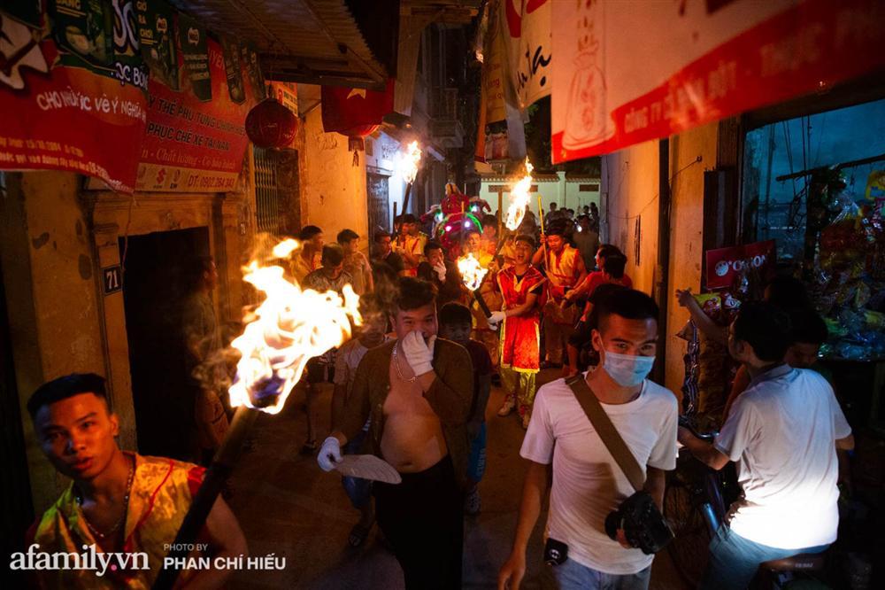 Ngôi làng chỉ cách Hà Nội 20km nhưng mỗi năm tổ chức thổi lửa, múa sư tử suốt 3 đêm để đón Trung thu, lộ ra khung cảnh siêu hùng tráng mà ai cũng ước được dự một lần-6
