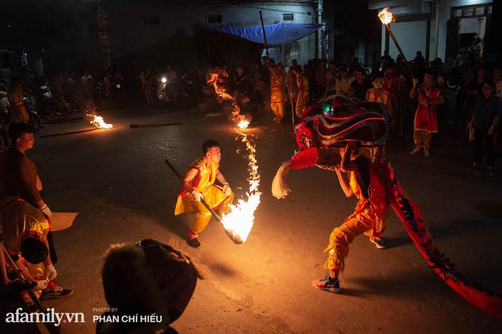 Ngôi làng chỉ cách Hà Nội 20km nhưng mỗi năm tổ chức thổi lửa, múa sư tử suốt 3 đêm để đón Trung thu, lộ ra khung cảnh siêu hùng tráng mà ai cũng ước được dự một lần-8