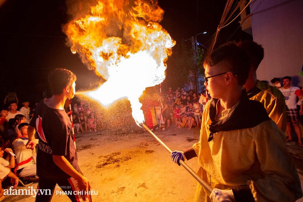Ngôi làng chỉ cách Hà Nội 20km nhưng mỗi năm tổ chức thổi lửa, múa sư tử suốt 3 đêm để đón Trung thu, lộ ra khung cảnh siêu hùng tráng mà ai cũng ước được dự một lần-10