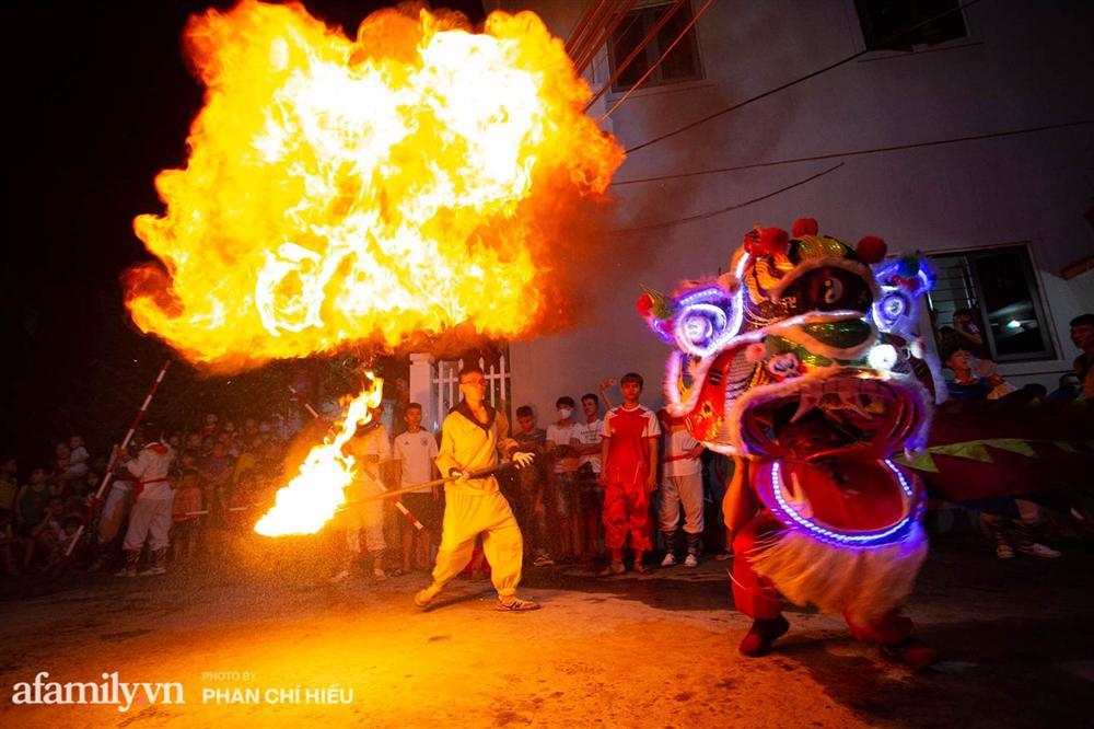 Ngôi làng chỉ cách Hà Nội 20km nhưng mỗi năm tổ chức thổi lửa, múa sư tử suốt 3 đêm để đón Trung thu, lộ ra khung cảnh siêu hùng tráng mà ai cũng ước được dự một lần-11