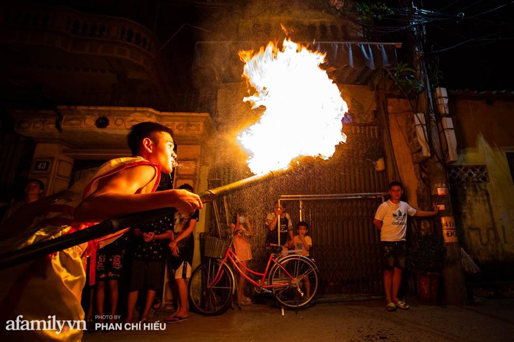 Ngôi làng chỉ cách Hà Nội 20km nhưng mỗi năm tổ chức thổi lửa, múa sư tử suốt 3 đêm để đón Trung thu, lộ ra khung cảnh siêu hùng tráng mà ai cũng ước được dự một lần-12