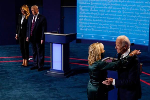 Kết thúc cuộc tranh luận, gia đình Joe Biden thể hiện tình cảm mặn nồng, trong khi nhà ông Trump lại có động thái hoàn toàn trái ngược-1