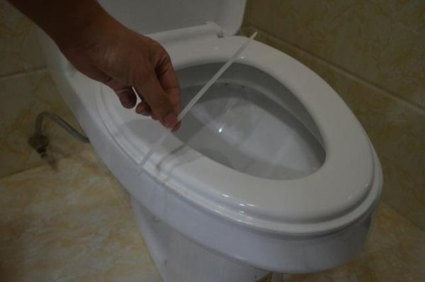 Tiện tay để dây rút nhựa trong nhà vệ sinh, vừa thiết thực lại tiết kiệm khối tiền mỗi năm-2