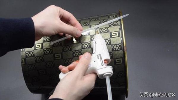 Tiện tay để dây rút nhựa trong nhà vệ sinh, vừa thiết thực lại tiết kiệm khối tiền mỗi năm-10