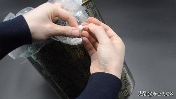 Tiện tay để dây rút nhựa trong nhà vệ sinh, vừa thiết thực lại tiết kiệm khối tiền mỗi năm-12